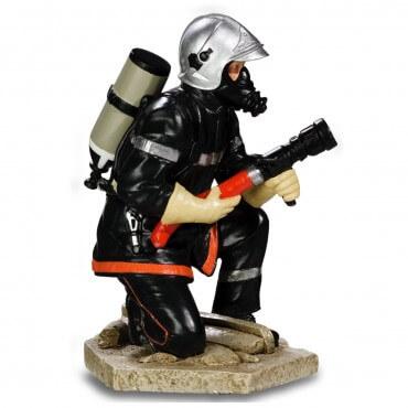 Figurine Pompier accroupis lance à incendie